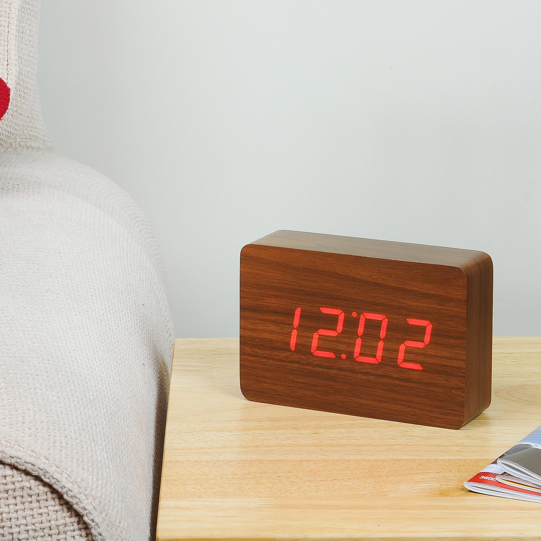 שעון לְבֵנָה במראה עץ אגוז, תאורה אדומה