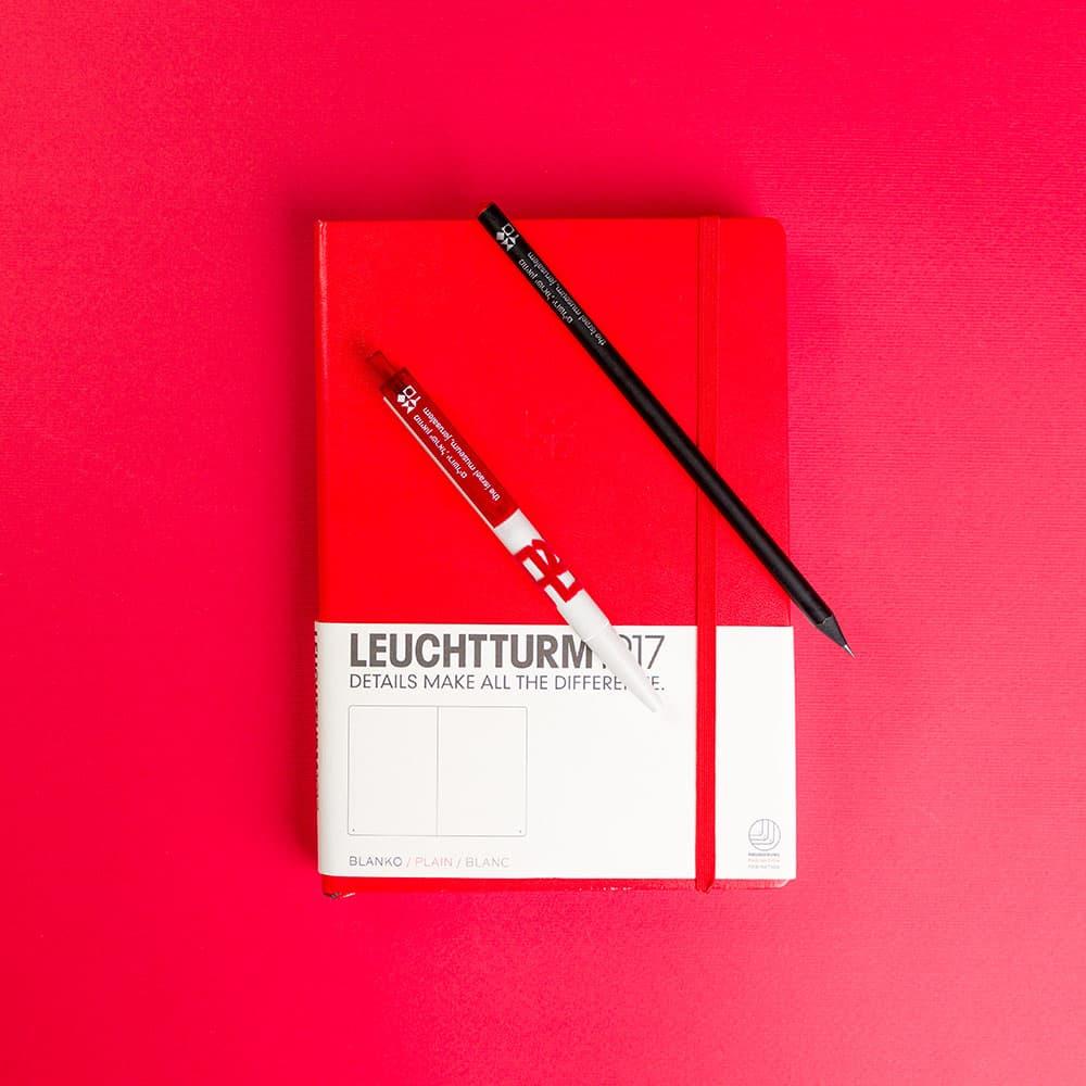"""מארז """"אהבה"""" – מחברת A5 חלקה בצירוף עט """"אהבה"""" ועיפרון"""