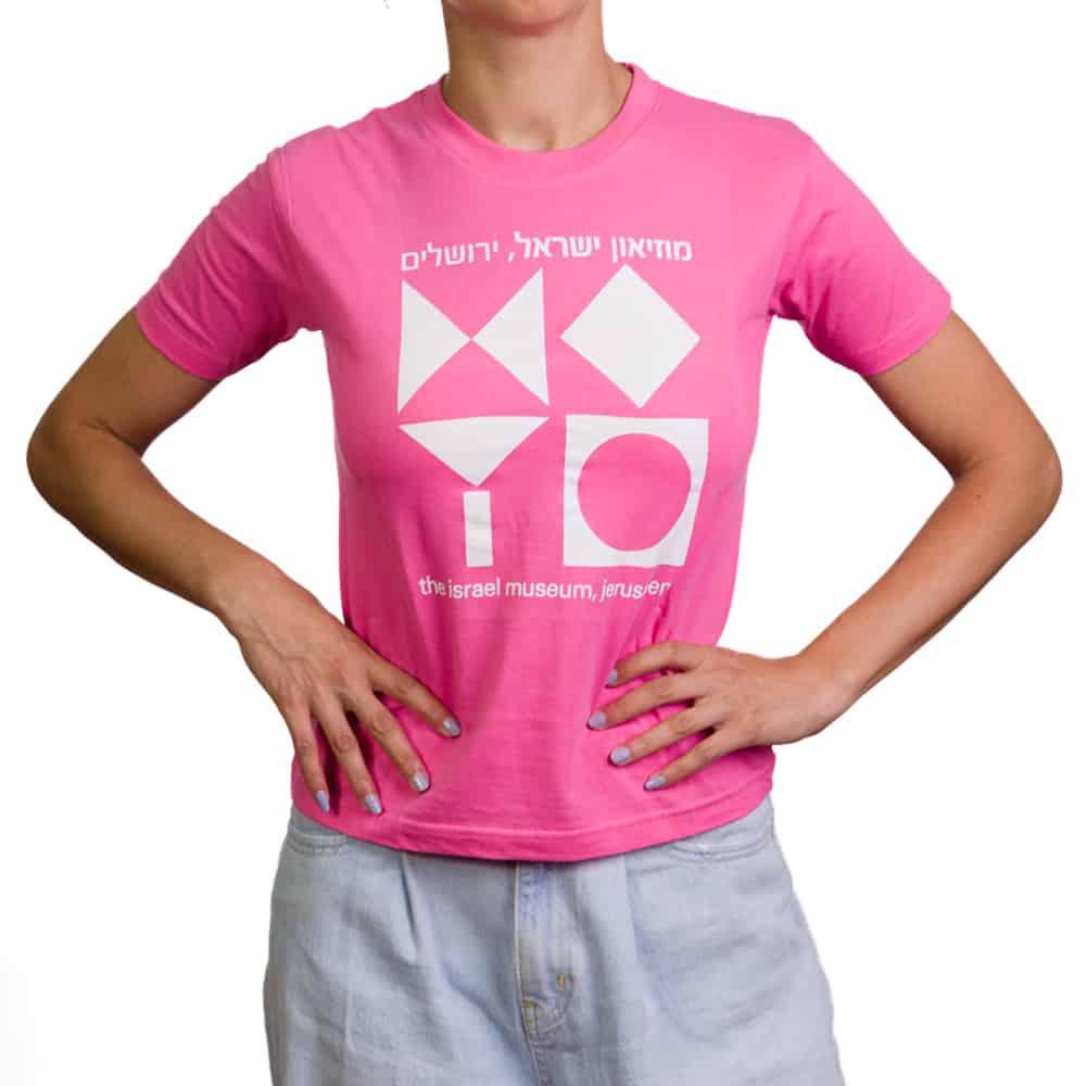 חולצת טי בהדפס סמל המוזיאון – ורוד (במגוון מידות למבוגרים)