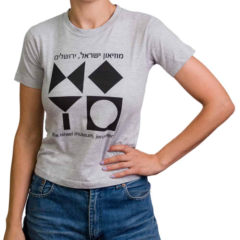 חולצת טי בהדפס סמל המוזיאון – אפור (במגוון מידות למבוגרים)